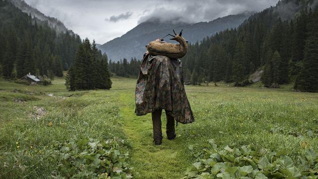 Un chasseur photographié en septembre 2019 dans le Muertschental (GL). [Gian Ehrenzeller - Keystone]