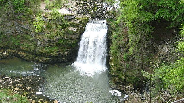 Le Saut-du-Doubs en temps normal, avec la chute de 27 mètres. [Arnaud 25 - CC-BY-SA]