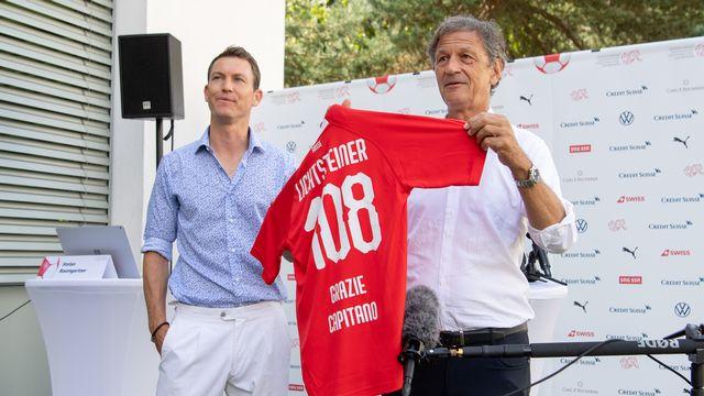 Stephan Lichtsteiner, ici aux côtés du président de l'ASF Dominique Blanc, met un terme à sa carrière de footballeur à 36 ans. [Claudio de Capitani - Freshfocus]