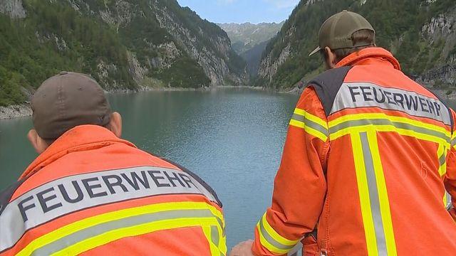 Des secouristes scrutent les environs des gorges du Parlitobel, près de Pfäfers (SG). [RTS]