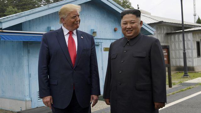 Donald Trump et Kim Jong-Un sur la zone frontalière démilitarisée entre les deux Corées, le 30 juin 2019. [Susan Walsh - Keystone/AP Photo]