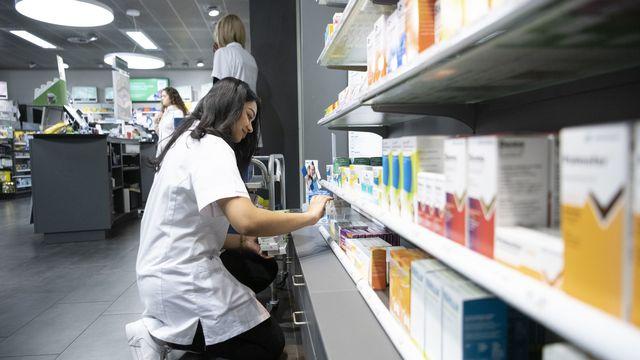 Les médicaments génériques coûtent 42% moins cher à l'étranger qu'en Suisse, annoncent mardi Interpharma et Santésuisse. [Christian Beutler - Keystone]