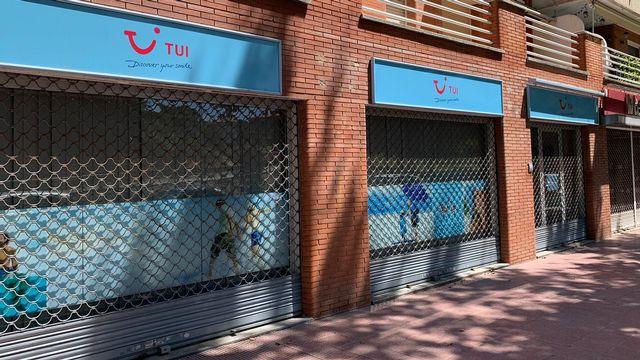 Le bureau de l'agence TUI à Lloret de Mar en Espagne, désespérément fermé. [Valérie Demon - RTS]