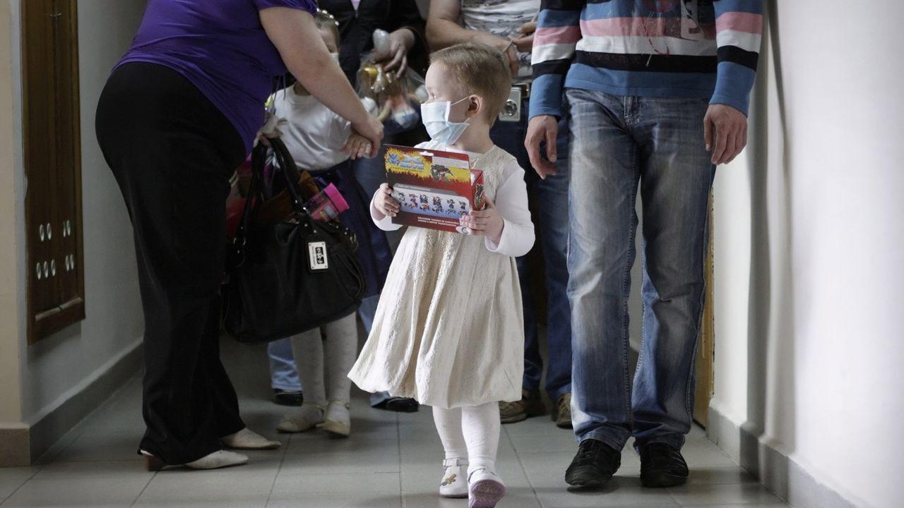 S'occuper d'enfants gravement malades peut bouleverser l'équilibre familial (photo prétexte). [Tatyana Zenkovich - EPA/Keystone]