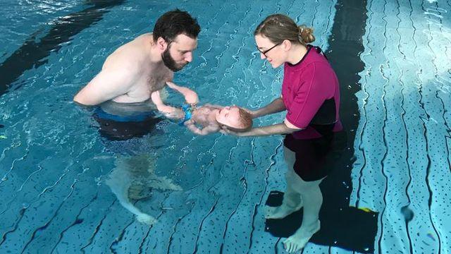 Un bébé nageur en plein exercice. RTS [RTS]