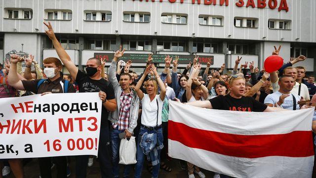 Des travailleurs protestent à Minsk, en Biélorussie, à la suite de l'élection présidentielle de dimanche dernier. [Sergei Grits - AP Photo/Keystone]