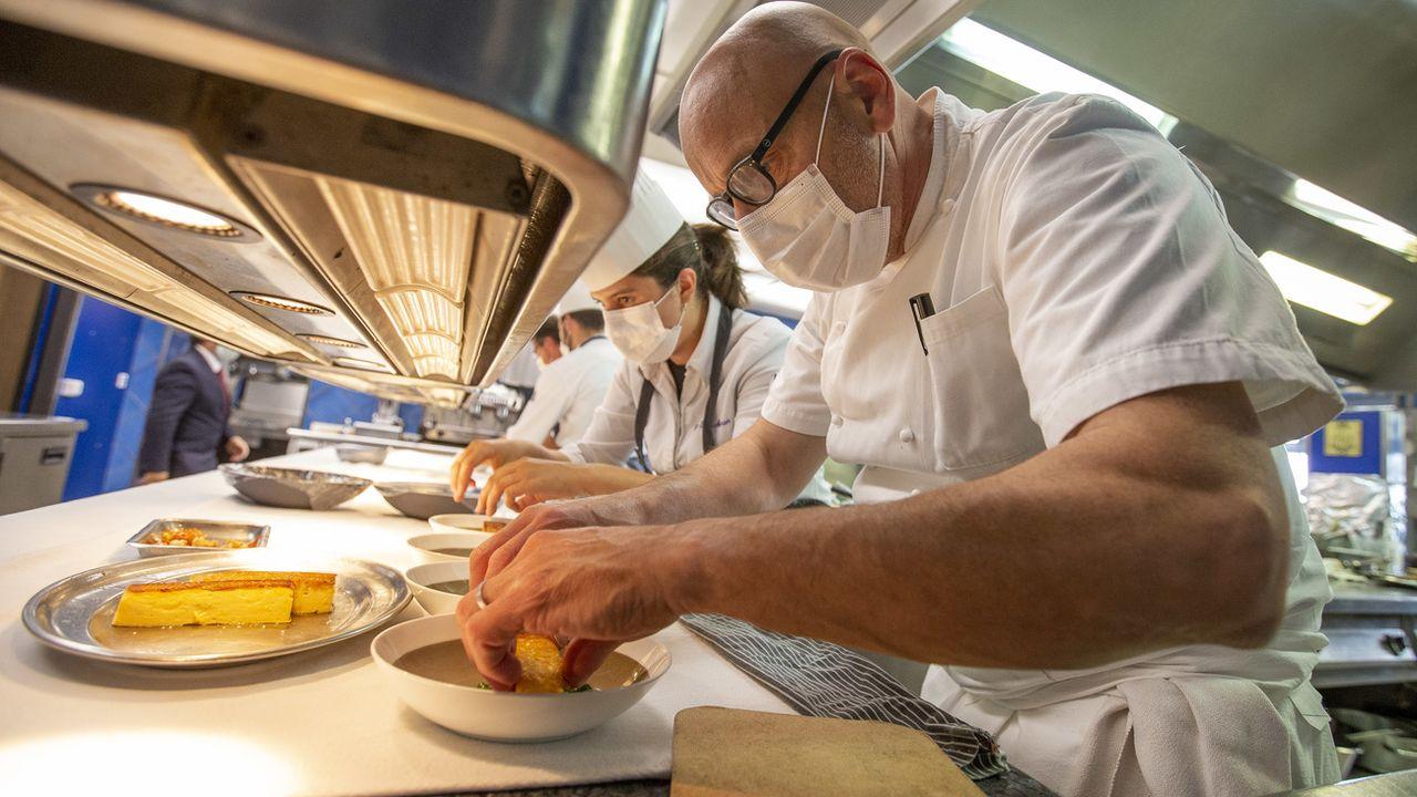 Le chef Philippe Chevrier et son équipe, portant des masques, le 12 mai 2020 dans les cuisines du restaurant de Satigny (GE). [Salvatore Di Nolfi - Keystone]