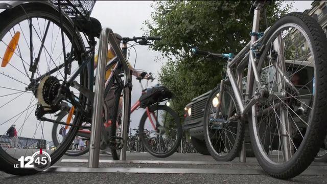 Genève lance ses vélos en libre service et tente de rattraper son retard sur les autres villes. [RTS]