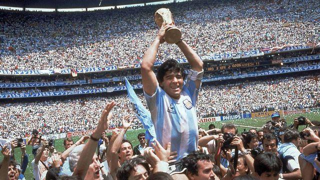 Maradona soulève le trophée de la Coupe du monde en 1986 à Mexico. [Carlo Fumagalli - Keystone]