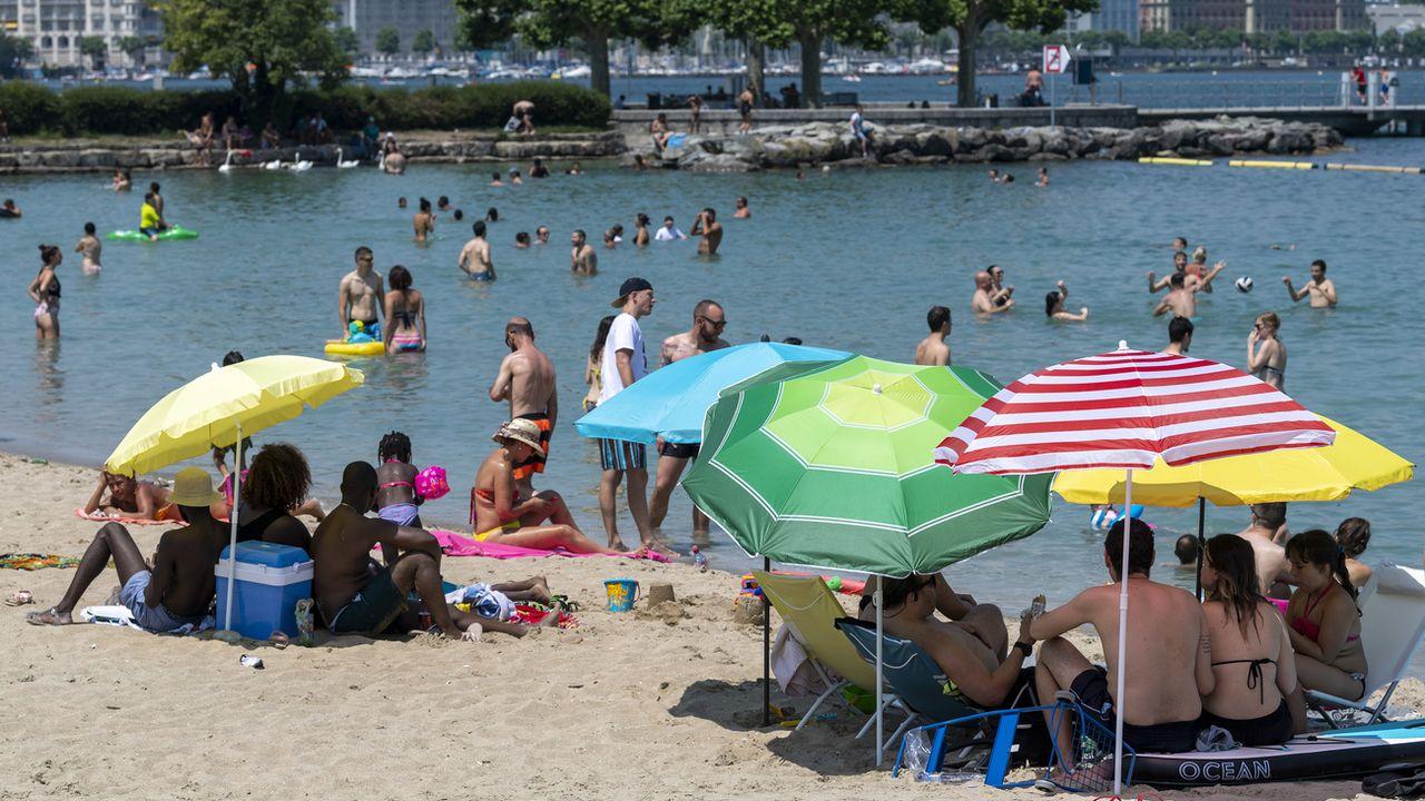 Des baigneurs dans le Léman à Genève. [Martial Trezzini - Keystone]