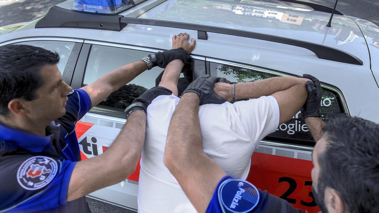 Arrestation d'un homme à Bellinzone (TI). [Carlo Reguzzi - Ti-Press/Keystone]