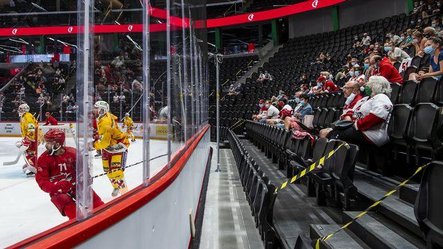 Les patinoires suisses ne pourront pas accueillir plus de la moitié de leur capacité. [Jean-Christophe Bott - Keystone]