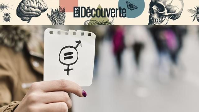 Femme brandissant un symbole de l'égalité des genres. [Nito - Fotolia]