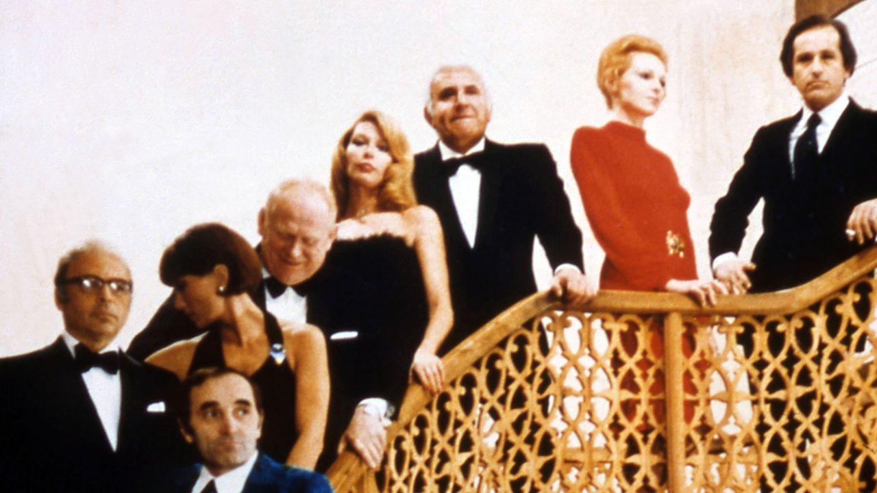 """Une image du film """"Les dix petits nègres"""" avec Charles Aznavour en 1974. [Contrechamp - AFP]"""