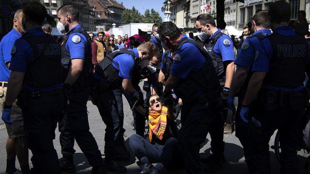 Manifestation à Berne le 16 mai dernier contre les mesures prises par le Conseil fédéral pour endiguer le Covid-19. [Anthony Anex - Keystone]