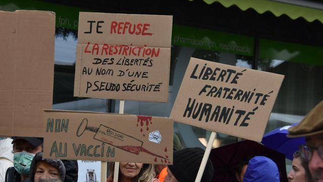 Des manifestants ont exprimé samedi à Delémont leur scepticisme face aux mesures contre le Covid. [Gaël Klein - RTS]