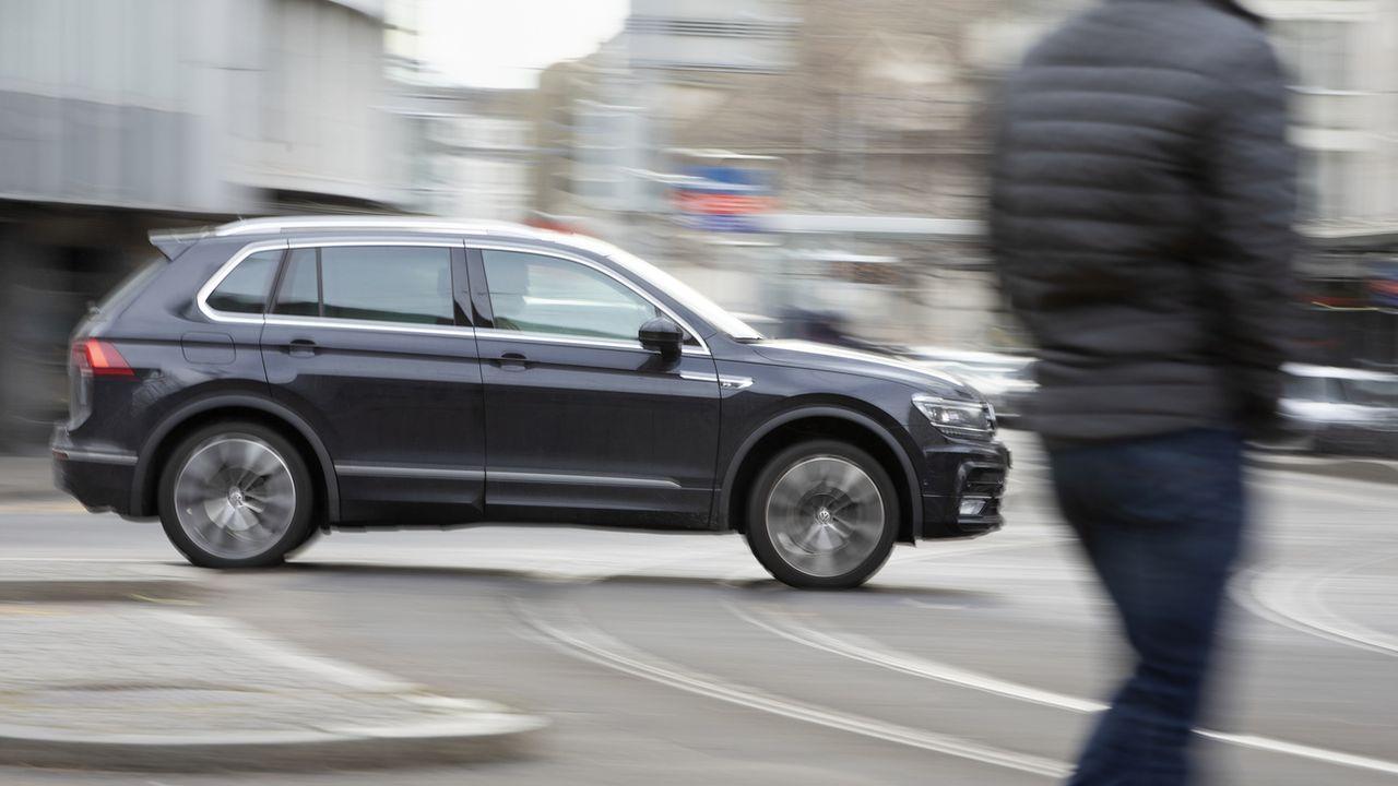 Le Conseil fédéral a décidé de relâcher la pression sur les voitures polluantes. [Gaetan Bally - Keystone]
