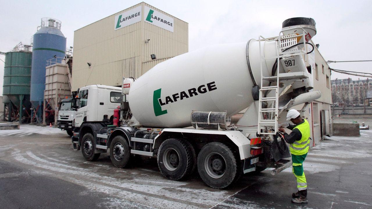 """Centre de distribution de ciment """"Lafarge"""", quai André Citroën à Paris. [Jacques Demarthon - AFP]"""