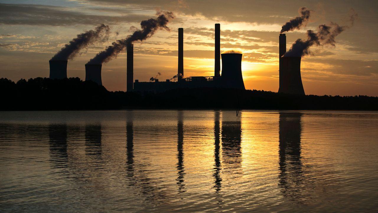 La plainte vise avant tout le secteur des énergies fossiles (ici, une usine électrique au charbon en Géorgie). [Branden Camp - AP/Keystone]