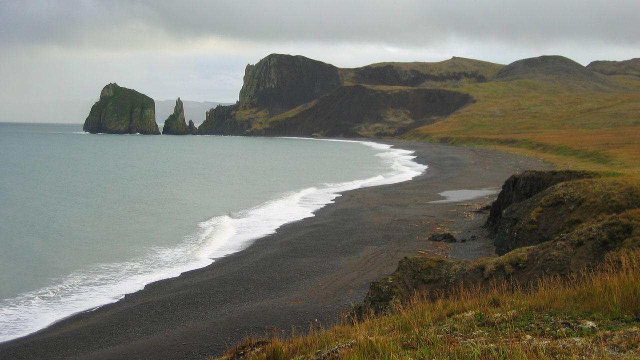 La côte de Saint-Mathieu dans la mer de Béring en Alaska. [Crew and Officers of NOAA Ship MILLER FREEMAN]