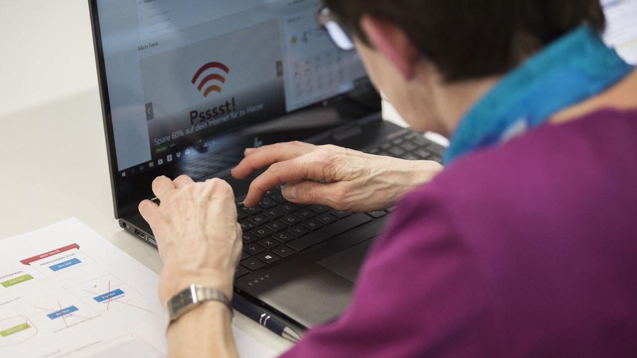 Les personnes âgées sont de plus en plus présentes en ligne. [Christian Beutler - Keystone]