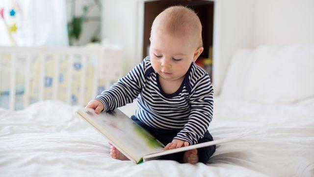 La lecture est proposées aux enfants dès lʹâge de 6 mois. [t.tomsickova - Depositphotos]