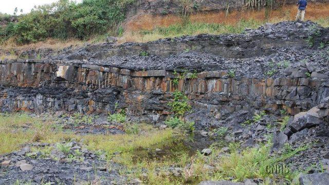 Sur ce site fossilifère gabonais, près de Franceville, ont été découverts dans des sédiments vieux de 2,1 milliards d'années. Frantz OSSA OSSA CNRS Photothèque [Frantz OSSA OSSA - CNRS Photothèque]