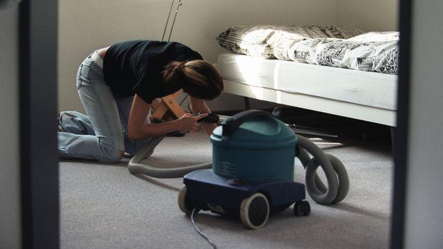 Jardiniers, femmes de ménage ou gardes-malades: ils sont environ 400'000 personnes employées dans l'économie domestique en Suisse. [Gaetan Bally - keystone]