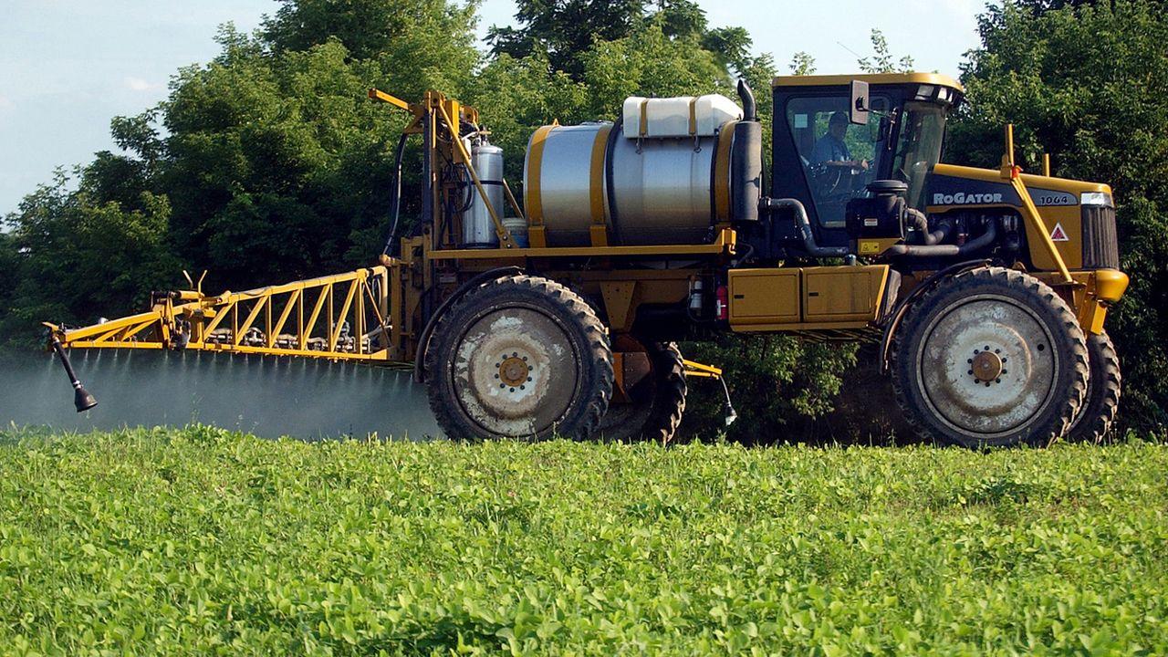 Un agriculteur répandant des pesticides sur une plantations de soja aux Etats-Unis. [AP Photo/The Daily Messenger, Vasiliy Baziuk - Keystone]