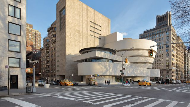 Le musée Guggenheim de New York se caractérise par sa structure en hélice. Le visiteur entre par le sommet, puis descend progressivement jusqu'au niveau du sol par une rampe légèrement inclinée : la notion de salle d'exposition disparaît ainsi au profit d'une continuité de présentation. [Manuel Cohen - AFP]