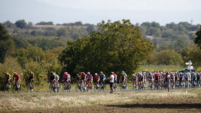 Le peloton du Tour de France durant la 13e étape. [Sébastien Nogier - EPA/Keystone]