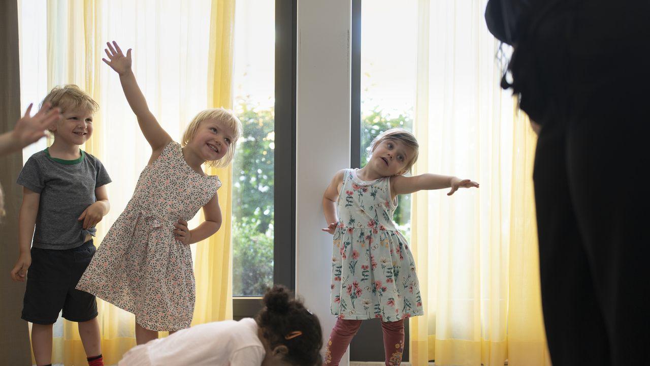 Des jeunes enfants s'amusent dans une crèche de la région zurichoise, le 9 juillet 2020. [Gaetan Bally - Keystone]