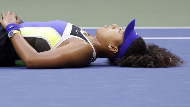 """Naomi Osaka s'est allongée pour mieux """"ressentir"""" la portée de sa victoire. [JASON SZENES - EPA]"""