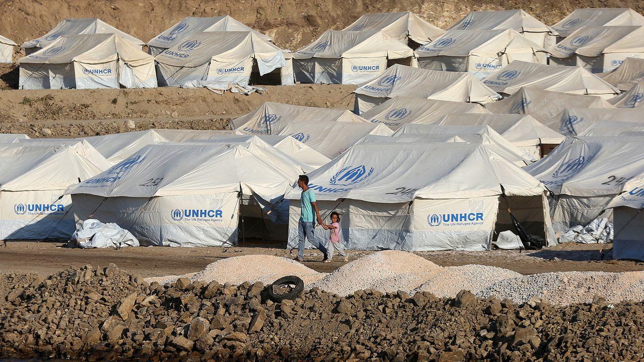 Environ 500 demandeurs d'asile ont été installés dans un nouveau camp sur l'île grecque de Lesbos. [Orestis Panagiotou - Keystone/EPA]