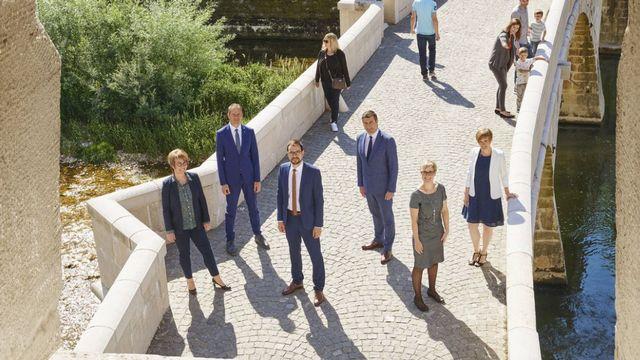 La photo officielle du Gouvernement jurassien en 2020 avec de gauche à droite Nathalie Barthoulot (PS), David Eray (PCSI), Martial Courtet (PDC), Jacques Gerber (PLR), Rosalie Beuret Siess (PS) et Gladys Winkler Docourt (chancelière). [jura.ch]