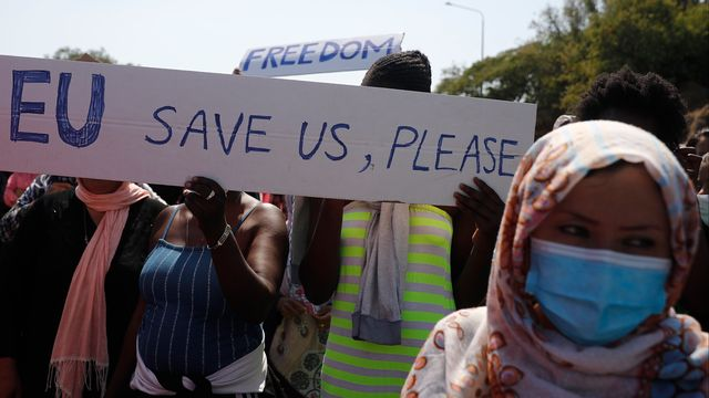 Les migrants du camps de Moria demandent de l'aide. [Dimitris Tosidis - EPA/Keystone]