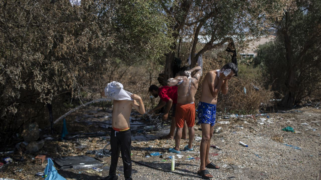 La Suisse envisage d'accueillir une vingtaine de mineurs du camp dévasté de Moria. [Petros Giannakouris - AP]