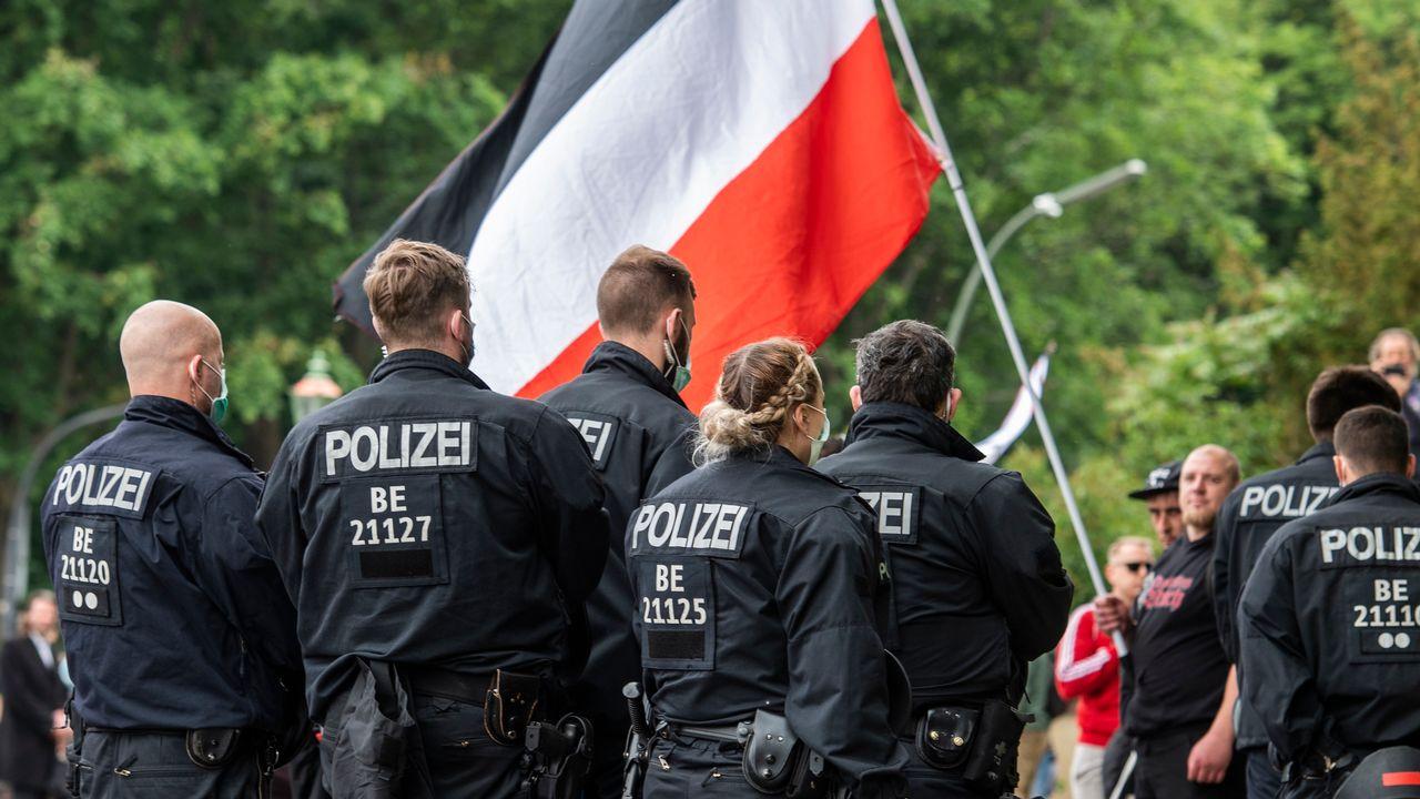 Mobilisés récemment face aux manifestations anti-corona empreintes d'extrême-droite, la police allemande doit faire le ménage aussi parmi ses rangs. [John MacDougall - AFP]