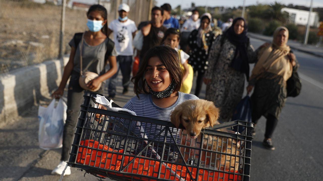 Mercredi 16 septembre: des réfugiés du camp incendié de Moria se déplacent vers leurs nouveaux logements. [EPA/Dimitris Tosidis - Keystone]