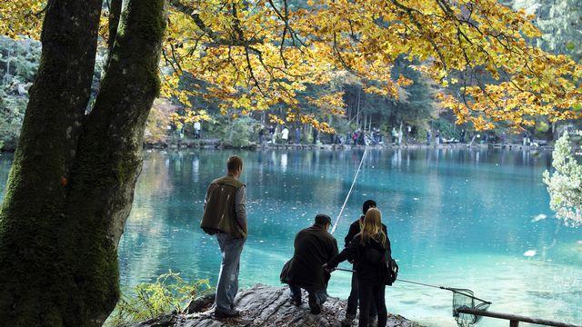 Des pêcheurs sur les bords du Lac Bleu dans l'Oberland bernois. [Peter Schneider - Keystone]