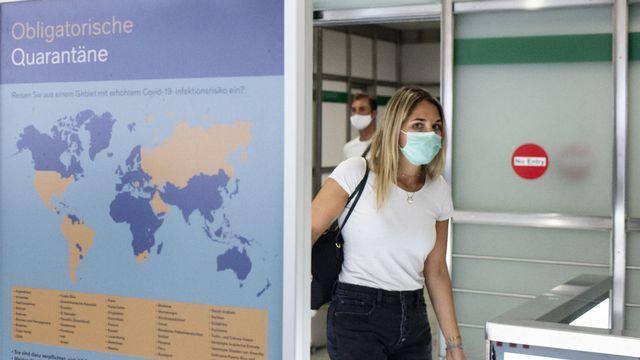 L'OMS s'inquiète également des raccourcissements de quarantaine décidés ou envisagés dans plusieurs pays. [Ennio Leanza - Keystone]