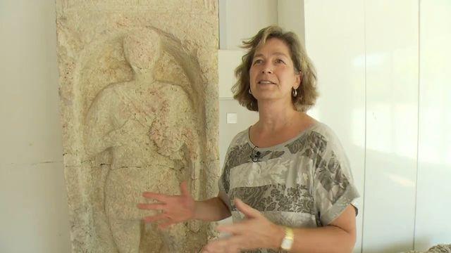 L'archéologue Alessandra Antonni présente les vestiges d'une basilique préromane découverte à Sion, 2015. [RTS]