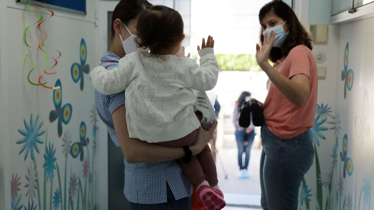 Une pétition fribourgeoise demande aux autorités d'abandonner l'obligation de porter le masque pour le personnel des crèches (image d'illustration). [Estela Silva - Keystone/EPA]