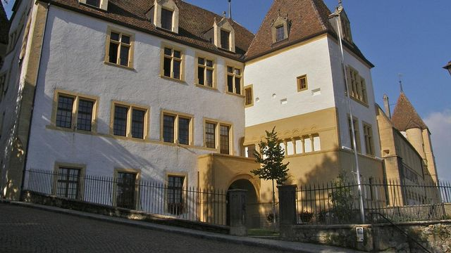 Vue sur la façade sud du château de Neuchâtel qui abrite le gouvernement. [Albertine - CC by SA 3.0 Wikimédia]