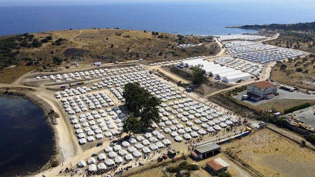 Situé près de Mytilène, le nouveau camp peut accueillir entre 8000 et 10'000 personnes. [Vangelis Papantonis - Keystone]
