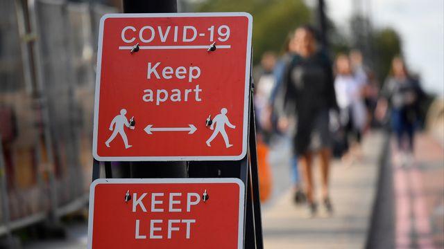 Confronté à une importante recrudescence des cas d'infection, le Royaume-Uni a renforcé samedi soir ses mesures de lutte contre le Covid-19. [Toby Melville - Reuters]