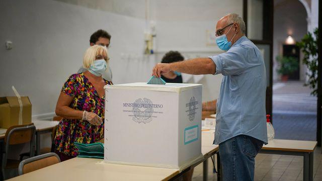 Un homme vote à Rome dimanche 20 septembre 2020. [Andrew Medichini - AP Photo/Keystone]
