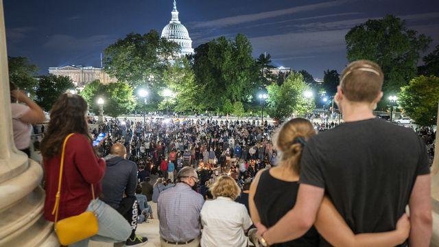 Samedi 18 septembre: des Américains réunis autour de la Cour suprême pour honorer la mémoire la juge Ruth Bader Ginsburg. [EPA/JIM LO SCALZO - Keystone]