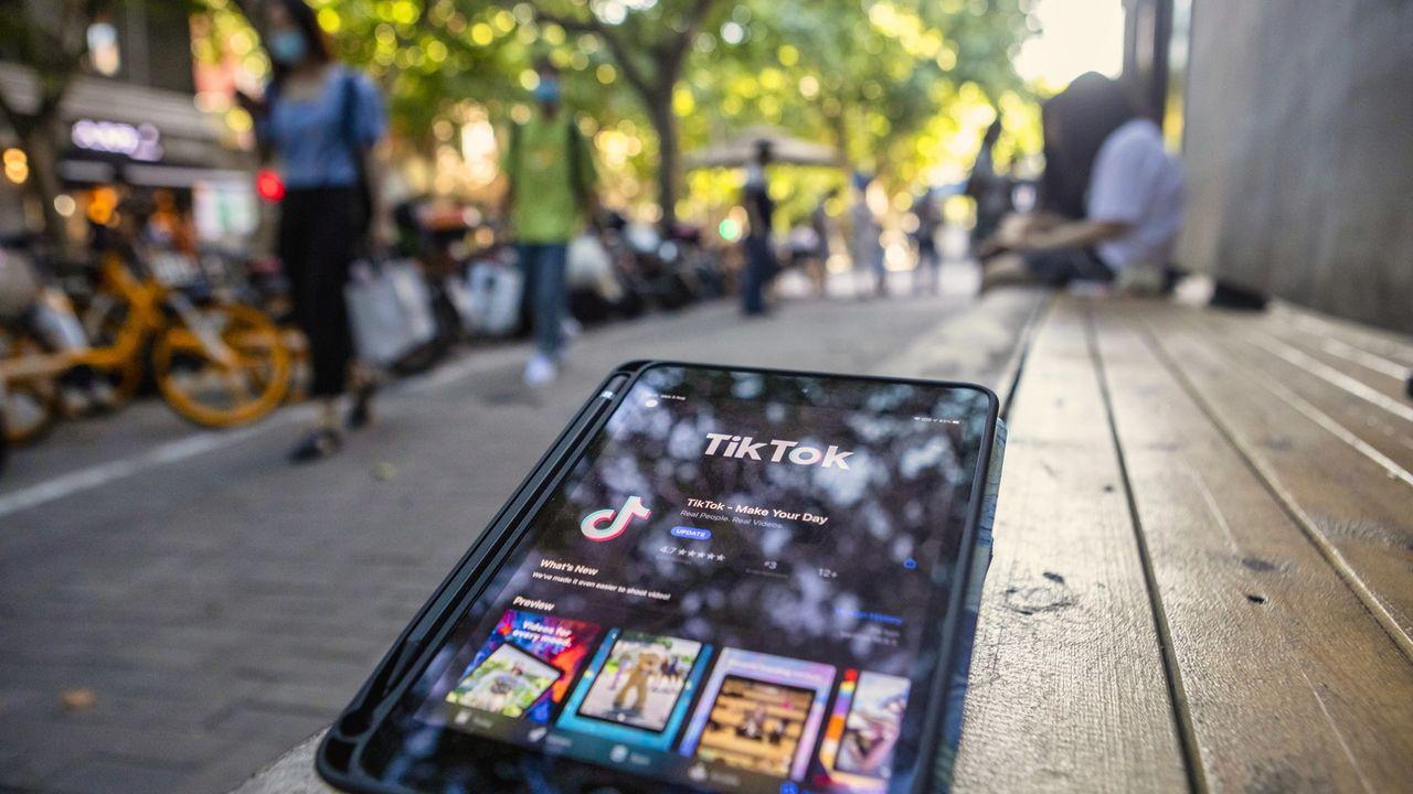 L'application TikTok, sur une tablette à Shanghai. [EPA/Alex Plavevski - Keystone]