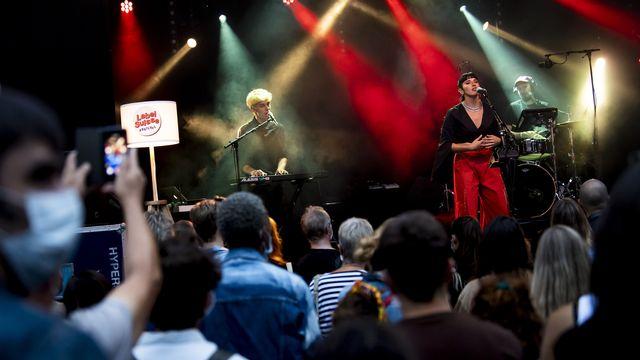 La chanteuse Giulia Dabalà sur la scene de la Place Centrale à Lausanne lors du Festival Label Suisse, le 19 septembre 2020. [Jean-Christophe Bott - KEYSTONE]